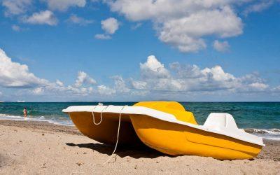 il-bianco-e-il-giallo-pedalo-a-terra-sulla-spiaggia-brfrmp